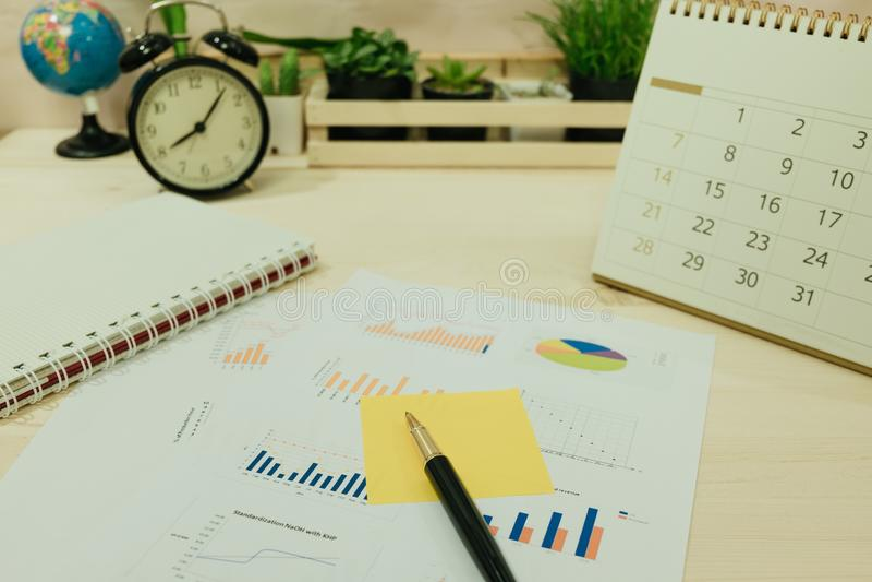 Biznesowy wyposażenie umieszczający na praca stole zawiera notatnika, mysz, obrazy stock