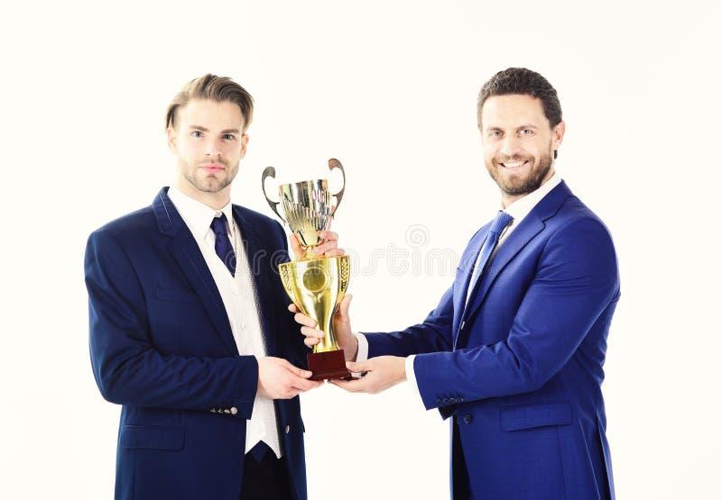 Biznesowy zwycięstwo, poparcie, partership pojęcie Biznesmen z confedent twarzą otrzymywa nagrodę Nagradzający pracowników uśmiec obraz stock