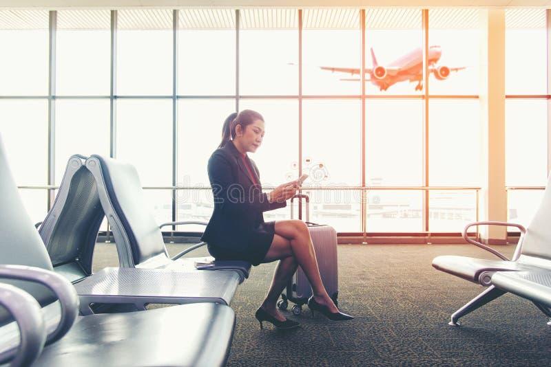 Biznesowych azjatykcich kobiet pasażerska używa wisząca ozdoba zdjęcia stock