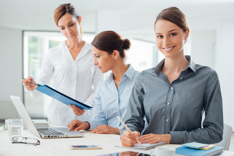 Biznesowych kobiet drużyna pracuje przy biurkiem zdjęcia royalty free