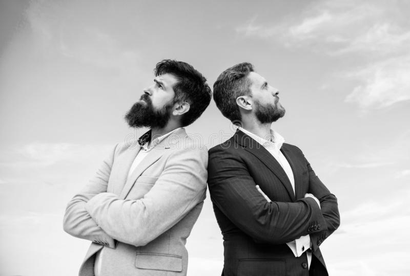 Biznesowych mężczyzn niebieskiego nieba statywowy tło Doskonalić w każdy szczególe Dobrze przygotowywający pojawienie ulepsza biz obraz royalty free