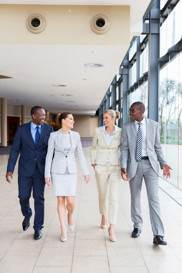 Biznesu drużynowy chodzący biuro zdjęcia stock