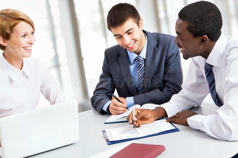 Biznesu drużynowy działanie na ich biznesowym projekcie wpólnie zdjęcia stock