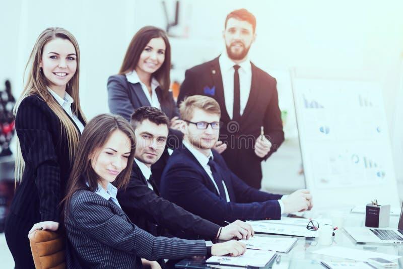 biznesu drużynowy działanie na nowej prezentaci w miejscu pracy w nowożytnym biurze zdjęcie stock