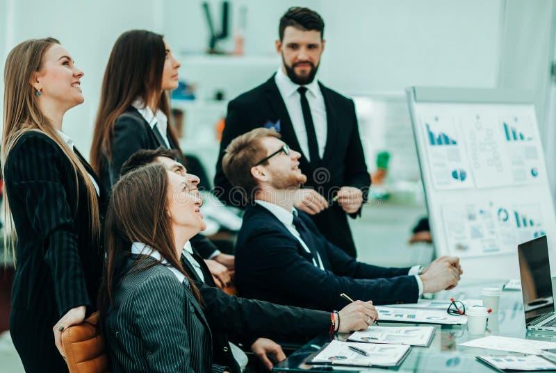 biznesu drużynowy działanie na nowej prezentacji w miejsce pracy wewnątrz obraz stock