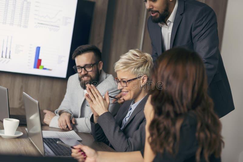 Biznesu drużynowy działanie na nowym projekcie zdjęcie stock