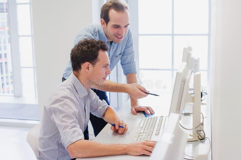 Biznesu drużynowy działanie wpólnie na komputerze, brainstorming obrazy stock