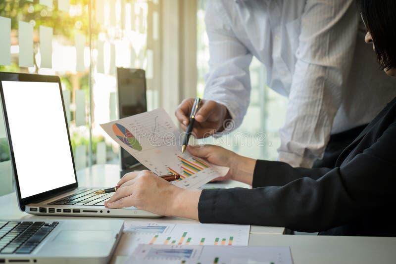 Biznesu drużynowy działanie z komputerem, dokumentu wykres w drużynowym spotkaniu fotografia stock