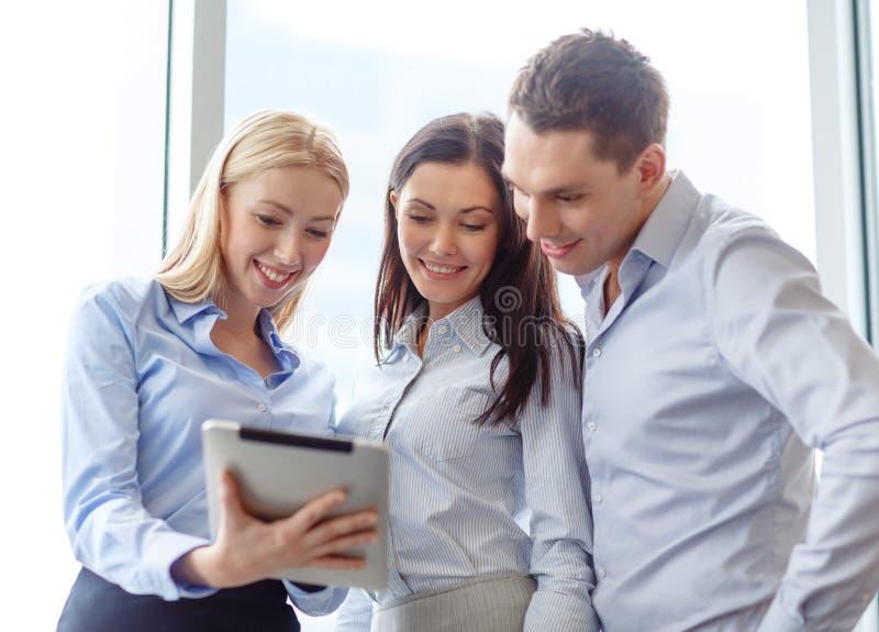 Biznesu drużynowy działanie z pastylka komputerem osobistym w biurze zdjęcie stock