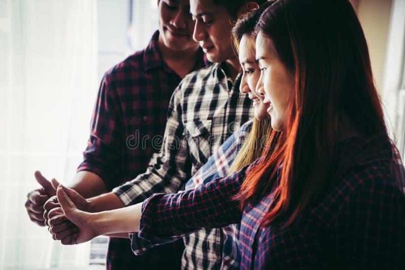 Biznesu drużynowy kciuk up dla sukcesu fotografia stock