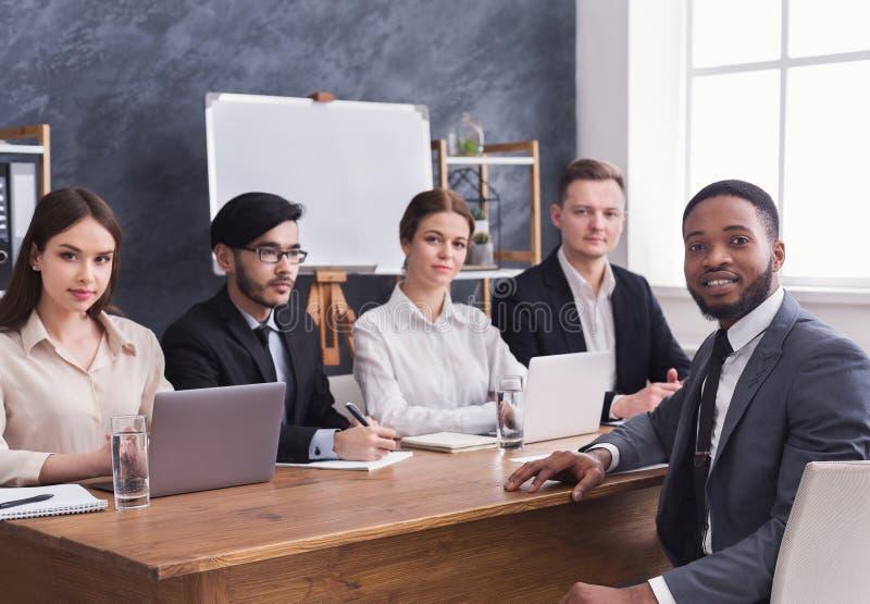 Biznesu drużynowy opowiadać afroamerykańska wnioskodawca przy wywiadem zdjęcia stock