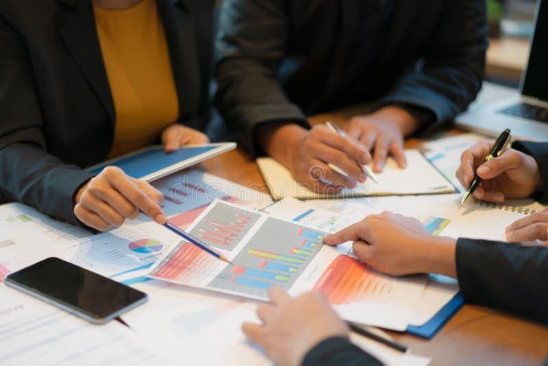 Biznesu drużynowy spotkanie dyskutować statystycznych dane i streszczać, bilans księgowy, firma wydatek obrazy royalty free