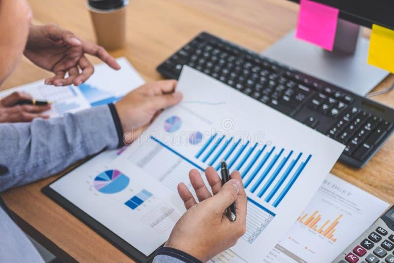 Biznesu drużynowy spotkanie pracuje z nowymi początkowymi projekta, dyskusji i analizy dane wykresy i, komputerowy używać, zdjęcie royalty free