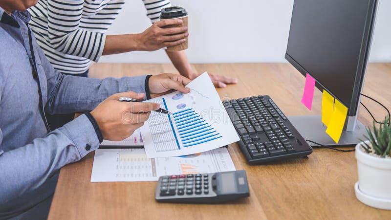Biznesu drużynowy spotkanie pracuje z nowymi początkowymi projekta, dyskusji i analizy dane wykresy i, komputerowy używać, obraz stock