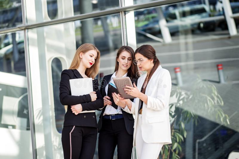 Biznesu dru?ynowy dzia?anie na projekcie M?odzi ludzie przy prac? Pojęcie dla biznesu, marketingu, finanse, pracy, kolegów i styl obrazy stock