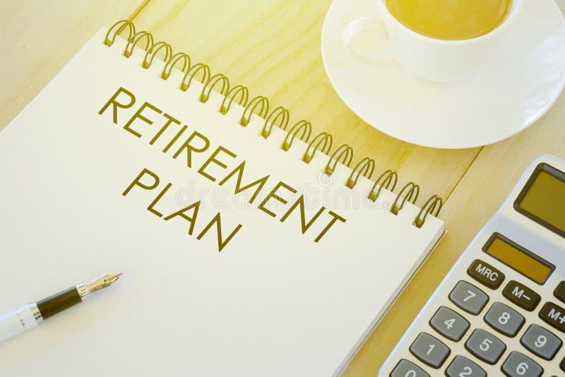 Biznesu, finanse i bankowość pojęcie, Filiżanka kawy, kalkulatora pióro i notatnik pisać z emerytura planem na drewnianym backgro obraz stock
