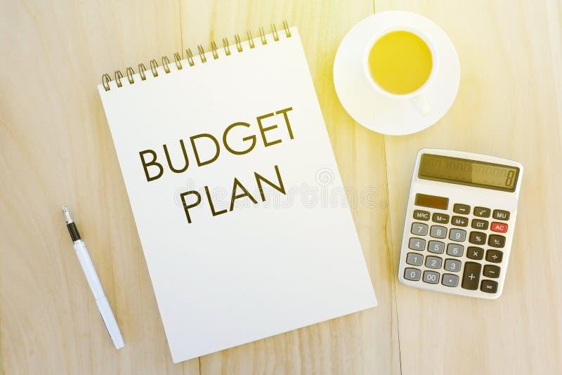 Biznesu, finanse i bankowość pojęcie, Odgórny widok pióro, kalkulator, filiżanka kawy i notatnik pisać z budżeta planem na drewni zdjęcia royalty free