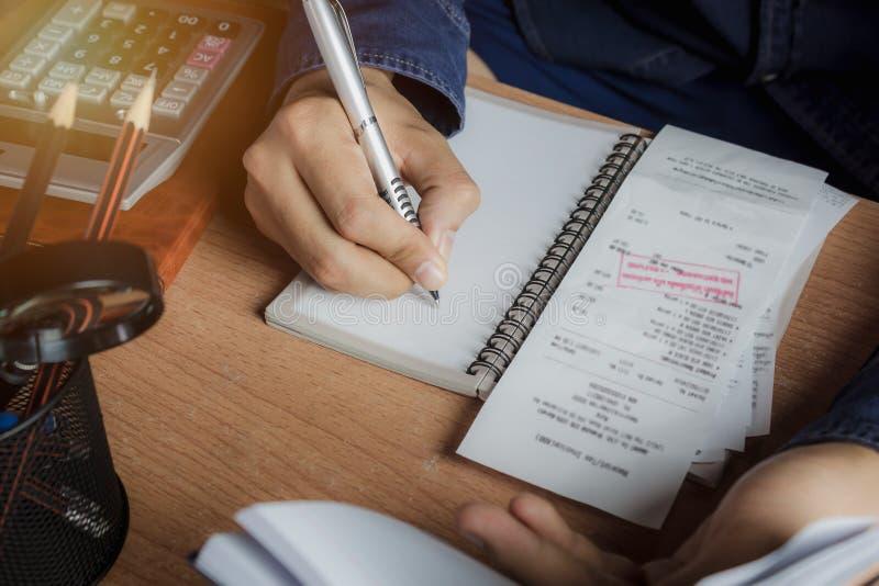 Biznesu i finanse mężczyzna pojęcia tło Zakończenie up ręka mężczyzna kalkuluje finanse, oszczędzanie lub księgowość rozmaitości  obrazy stock