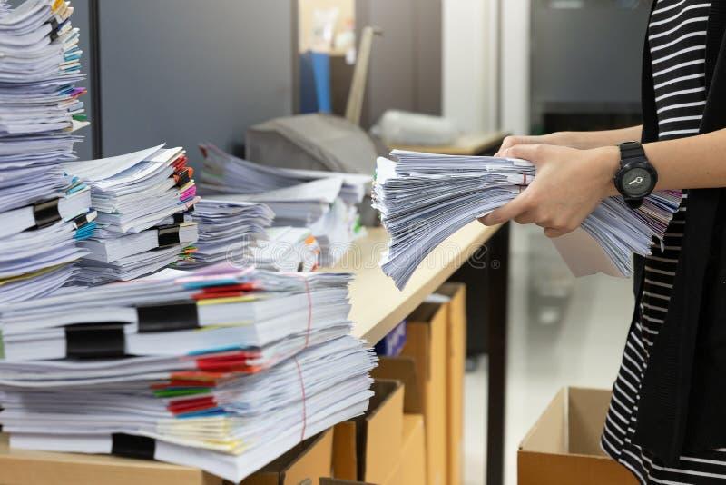 Biznesu i finanse pojęcie biurowy działanie, bizneswomanu mienia niedokończeni dokumenty stos obrazy stock