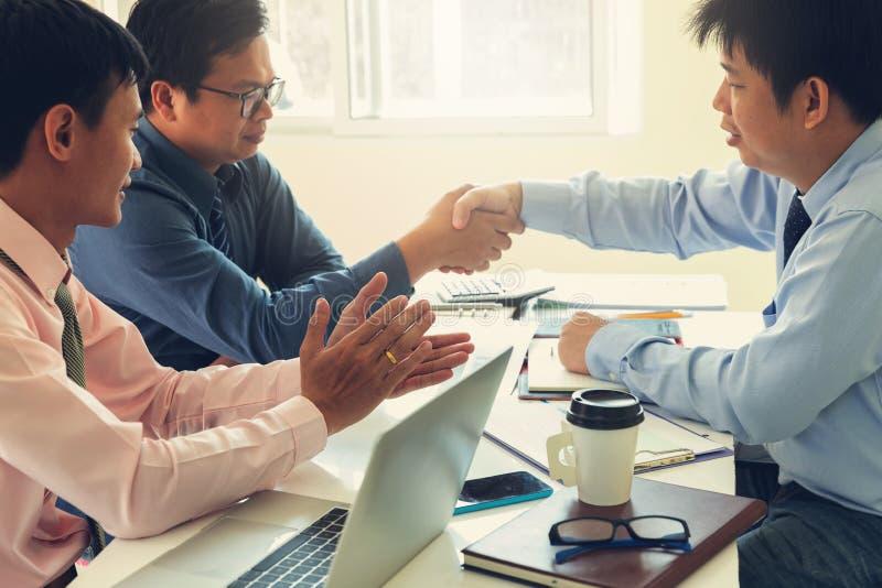 Biznesu i finanse pojęcie biurowy działanie, praca zespołowa biznesmeni trząść rękę po dylowego inwestorskiego planu biznesowego  zdjęcia stock