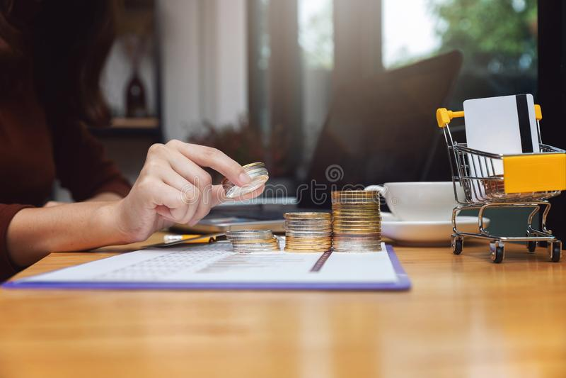 Biznesu i finanse pojęcie, bizneswoman używa bitcoin i kartę kredytową dla handlu elektronicznego online zakupy fotografia stock