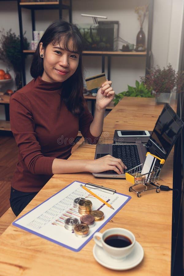Biznesu i finanse pojęcie, bizneswoman używa bitcoin i kartę kredytową dla handlu elektronicznego online zakupy zdjęcie royalty free