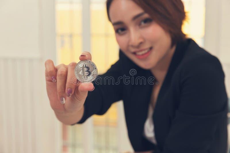 Biznesu i finanse pojęcie, bizneswomanu mienia bitcoin dla handlu elektronicznego online zakupy zdjęcie stock