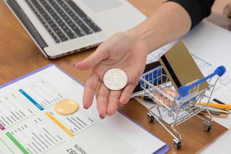 Biznesu i finanse pojęcie, bizneswomanu mienia bitcoin dla handlu elektronicznego online zakupy zdjęcia stock