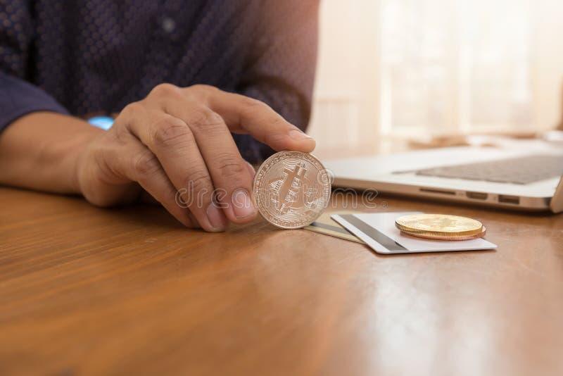 Biznesu i finanse pojęcie, bizneswomanu mienia bitcoin dla handlu elektronicznego online zakupy obrazy royalty free