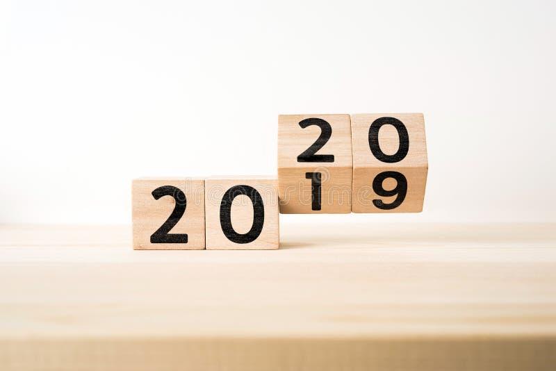 Biznesu i projekta pojęcie - surrealistyczny abstrakcjonistyczny geometryczny spławowy drewniany sześcian z słowem 2020 i 2019 po obraz stock