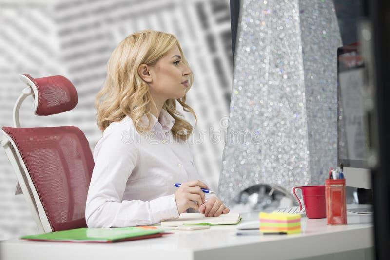 Biznesu i przedsiębiorczości pojęcie Pięknej blondynki biznesowa kobieta pracuje na laptopie fotografia royalty free
