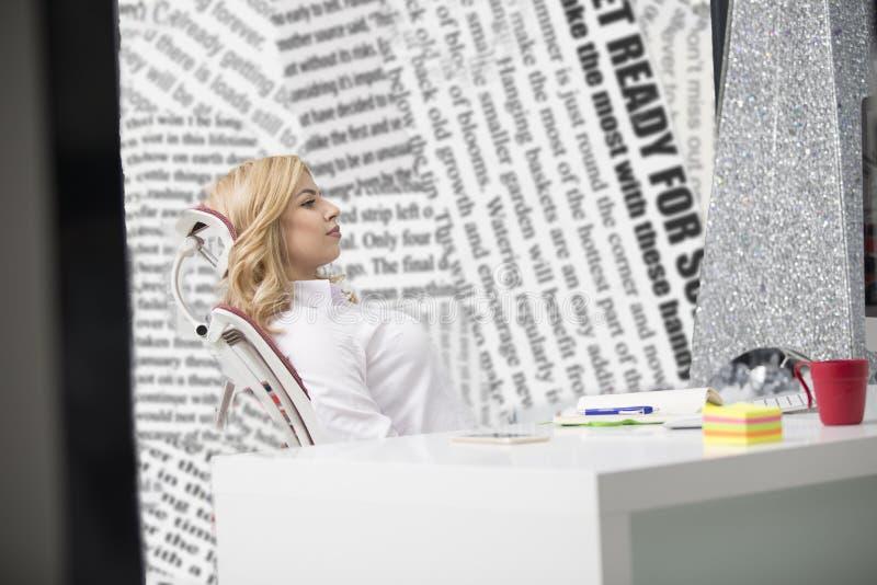 Biznesu i przedsiębiorczości pojęcie Pięknej blondynki biznesowa kobieta pracuje na laptopie obraz stock