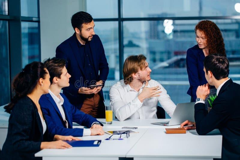 Biznesu kierownik w spotkaniu i drużyna obrazy stock
