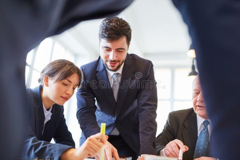 Biznesu konsultant i dru?yna obrazy royalty free
