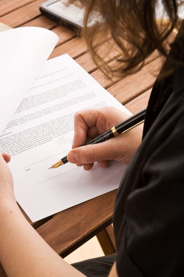 biznesu kontraktacyjna podpisywania kobieta zdjęcie stock