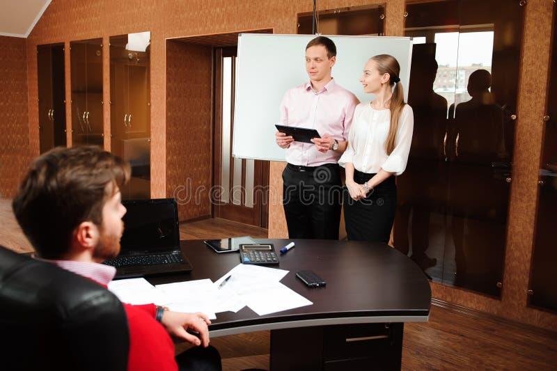 Biznesu mienia powozowy szkolenie dla personelu Ludzie biznesu trzyma konferencję i dyskutuje strategie w biurze zdjęcie royalty free
