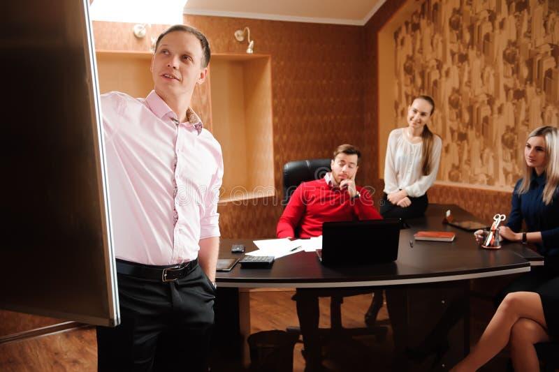 Biznesu mienia powozowy szkolenie dla personelu, ludzie trzyma konferencję i dyskutuje strategie w biurze fotografia royalty free