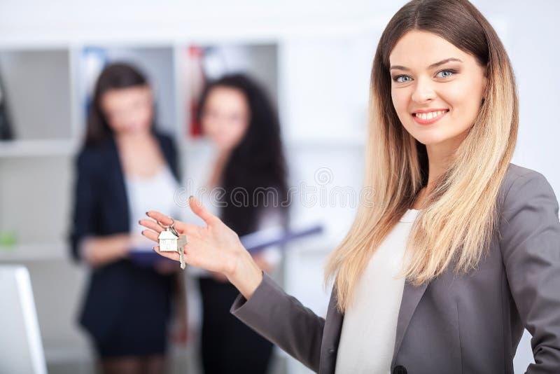 Biznesu, nieruchomości i bankowości pojęcie, - uśmiechnięty businesswoma obraz stock