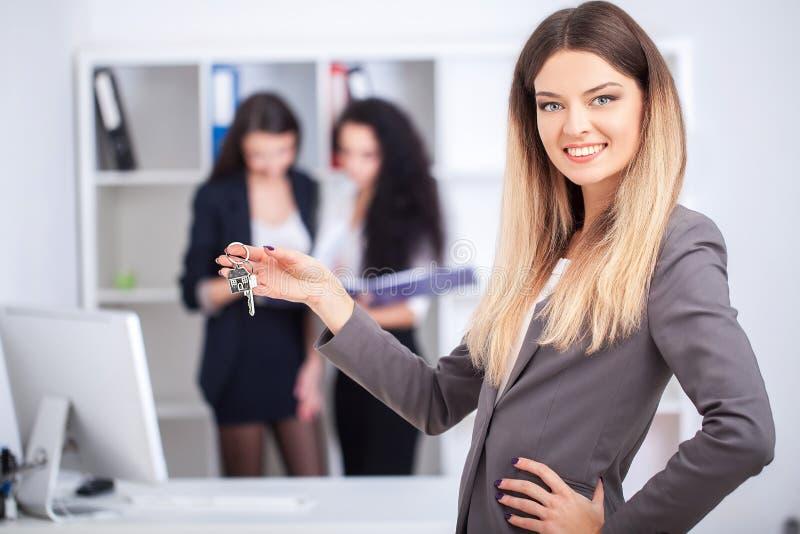 Biznesu, nieruchomości i bankowości pojęcie, - uśmiechnięty businesswoma obraz royalty free