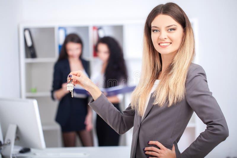 Biznesu, nieruchomości i bankowości pojęcie, - uśmiechnięty businesswoma obrazy stock