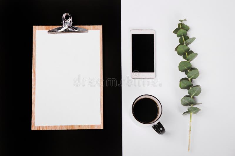 Biznesu notatnika pustej strony telefonu filiżanki ustalonej kawy puste karty zdjęcia stock