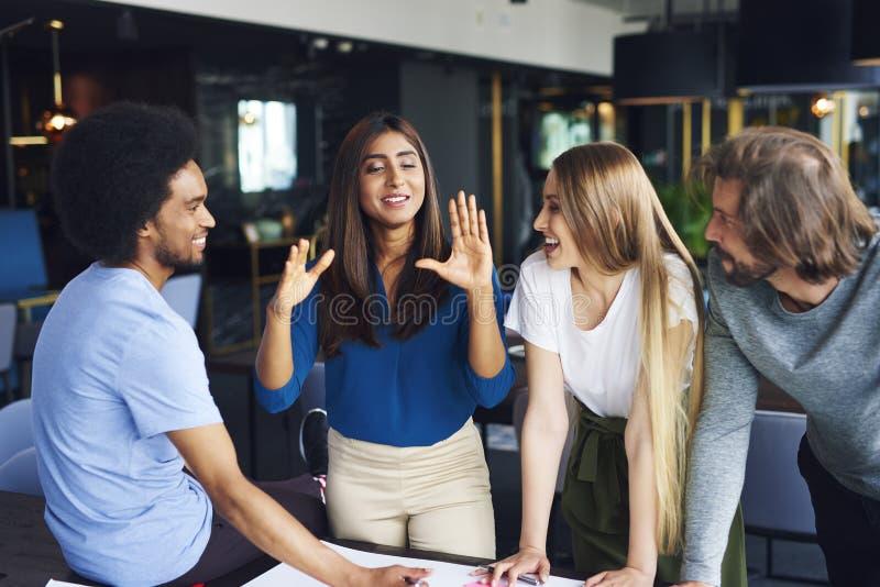Biznesu słuchania attentively coworker drużynowa mowa obrazy stock