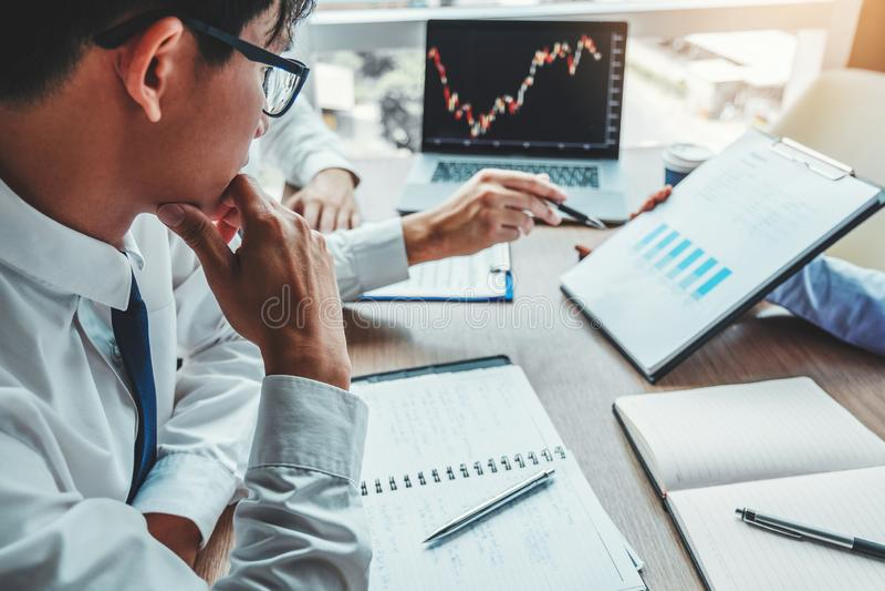Biznesu spotkania Drużynowa inwestycja, przedsiębiorcy Handlarski rynek papierów wartościowych, wymiany analiza i dyskutować wykr obraz stock
