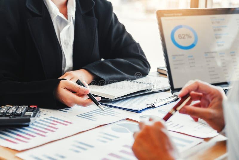 Biznesu spotkania drużynowa strategia Planuje z nowym początkowym projekta planu gospodarki i finanse wykresem z laptop pomyślną  obrazy royalty free