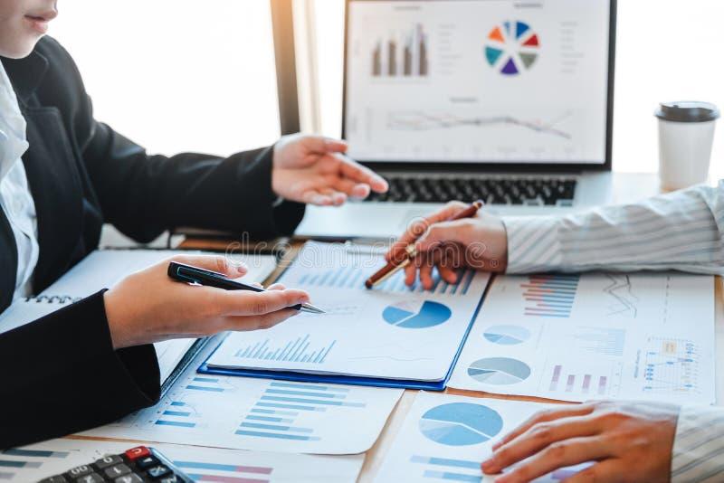 Biznesu spotkania drużynowa strategia Planuje z nowym początkowym projekta planu gospodarki i finanse wykresem z laptop pomyślną  obrazy stock