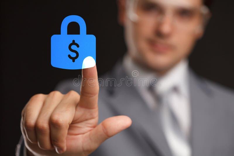 Biznesu, technologii, interneta i networking pojęcie, - biznesmen naciskowa ochrona robi pieniądze zapinać na wirtualnych ekranac zdjęcia stock