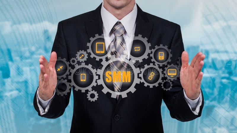 Biznesu, technologii, interneta i networking pojęcie, SMM - Ogólnospołeczny Medialny marketing na wirtualnym pokazie obraz royalty free