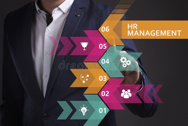 Biznesu, technologii, interneta i sieci poj?cie, M?ody biznesmen pracuje na wirtualnym ekranie przysz?o?? i widzii obrazy royalty free