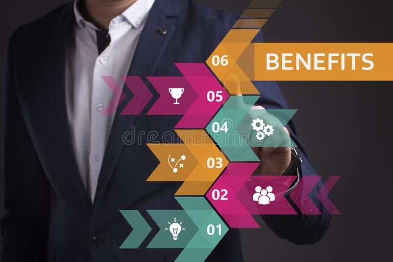 Biznesu, technologii, interneta i sieci poj?cie, M?ody biznesmen pracuje na wirtualnym ekranie przysz?o?? i widzii obrazy stock