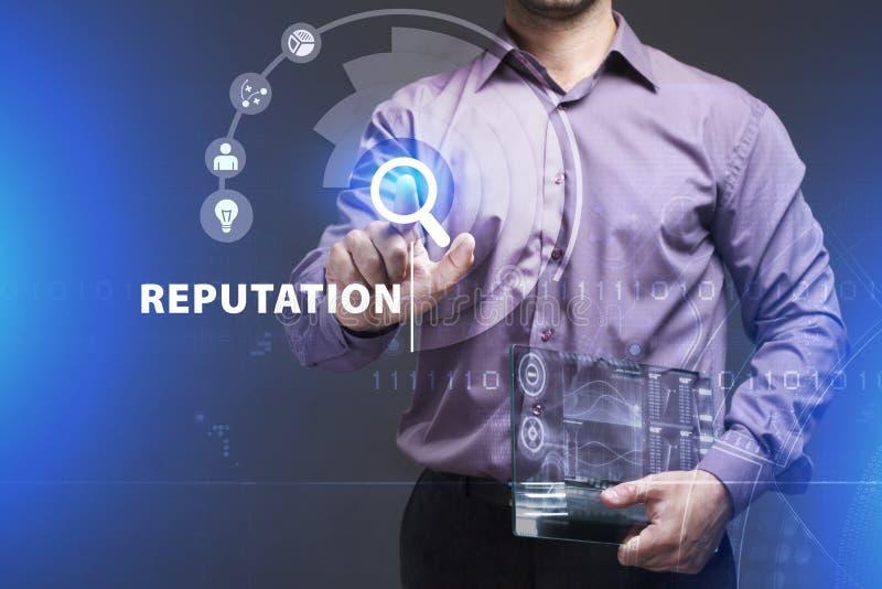 Biznesu, technologii, interneta i sieci poj?cie, M?ody biznesmen pracuje na wirtualnym ekranie przysz?o?? i widzii zdjęcie stock